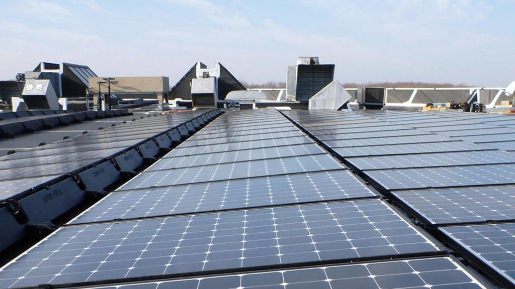 Los paneles solares producen electricidad cuando está nublado o lluvioso