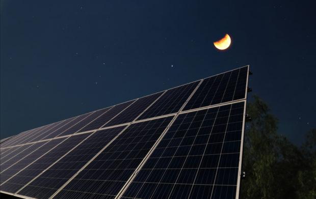 La energia solar fotovoltaica funciona de noche ?