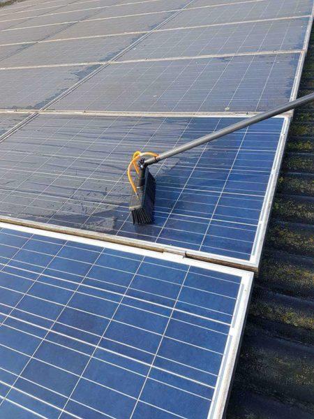Limpieza de un panel solar