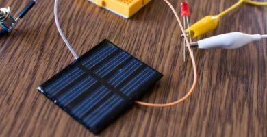 ¿Cómo hacer un panel solar casero con artículos para el hogar?